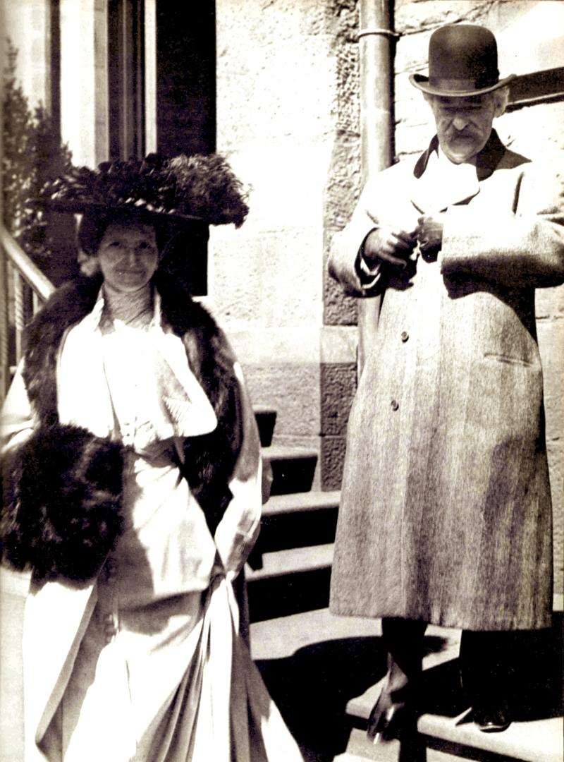 Mark Twain and Mrs. Clemens on West 10th Street, 1901.